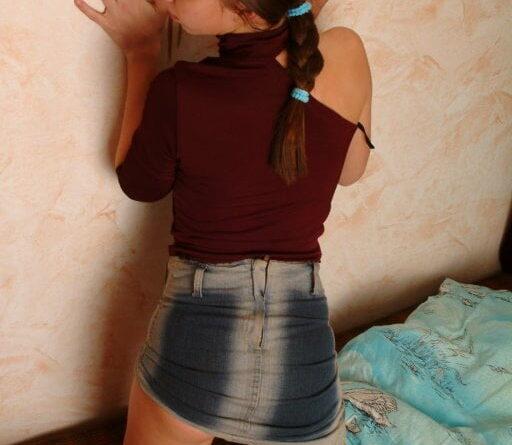 Teen in minirock nackt